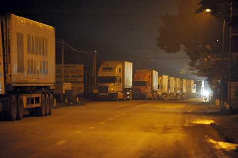Hàng trăm xe container xếp hàng chờ trên quốc lộ 32, đoạn qua địa phận Hà Nội để qua cầu Trung Hà đi Phú Thọ