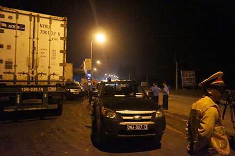 Xe xếp hàng dài để né trạm cân tải trọng được đặt bên kia cầu Trung Hà thuộc địa bàn tỉnh Phú Thọ