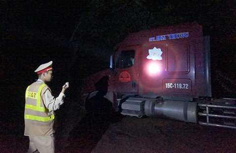 Đội CSGT số 9 đã xử lý 13 trường hợp vi phạm lỗi đỗ xe trái quy định gây ùn tắc giao thông