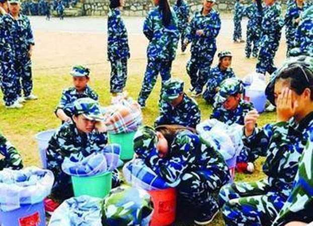 Các nữ sinh viên Trung Quốc mệt mỏi sau giờ học quân sự.