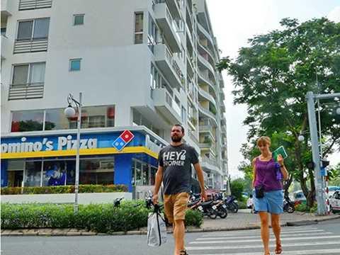 Nhiều vướng mắc cần sớm tháo gỡ để người nước ngoài mua nhà tại Việt Nam dễ dàng hơn. Trong ảnh: Người nước ngoài tại khu đô thị Phú Mỹ Hưng (quận 7, TP HCM) Ảnh: TẤN THẠNH