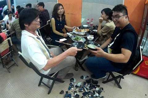 Mỗi khách hàng sẽ được miễn phí một bát bia. Sau khi uống, khách sẽ đập luôn bát. Ảnh: Zen Nguyễn.