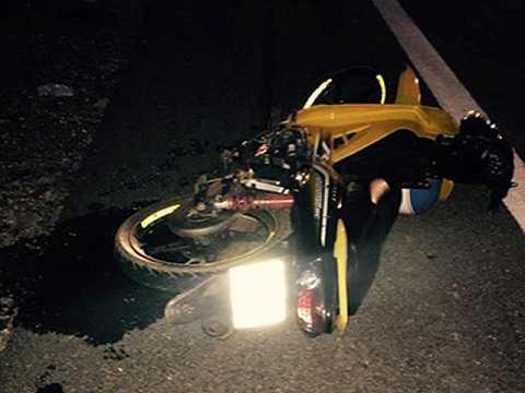 Chiếc xe máy bị hư hỏng nặng sau cú tông mạnh.