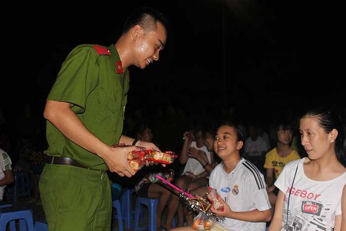 Những chiến sỹ cảnh sát trẻ tương lai mang niềm vui đến với trẻ em thiệt thòi.