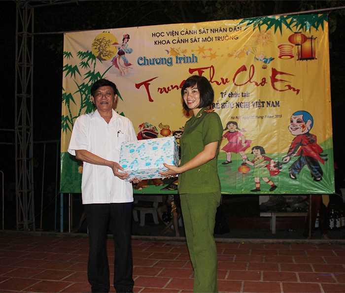 TS Ngô Thái Lan trao quà tặng Làng trẻ.
