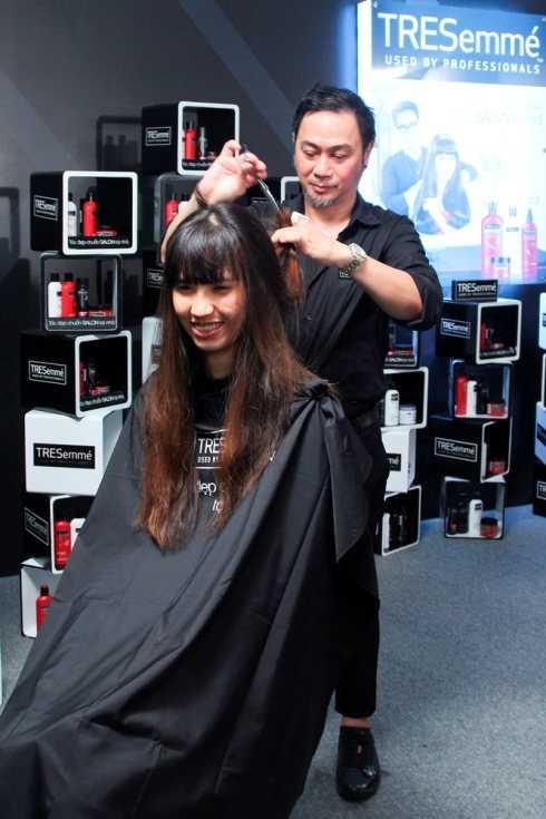 Nhà tạo mẫu tóc Trần Mạnh Thìn thay đổi diện mạo cho cô nàng 'cao kều' Hồng Xuân