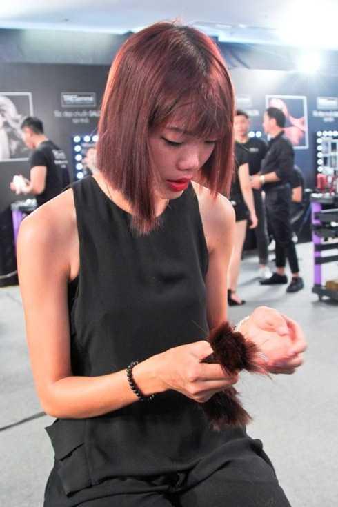 Nguyễn Hợp rớt nước mắt vì 'xuống tóc' trong tập 8 Vietnam's Next Top Model 2015