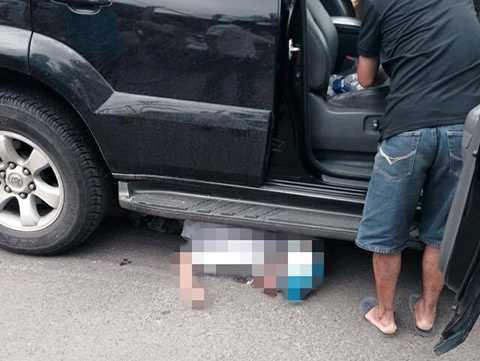 Nam thanh niên bị xe ôtô cuốn vào gầm, kéo lê hàng chục mét trên đường