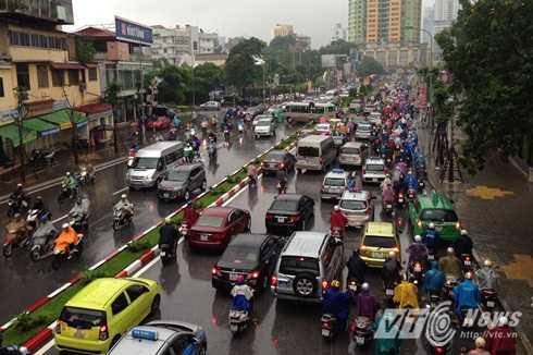 Dòng phương tiện ùn ứ trên đường Nguyễn Chí Thanh