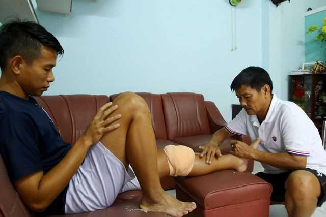 Anh Khoa chấn thương nặng sau cú phạm lỗi của Quế Ngọc Hải