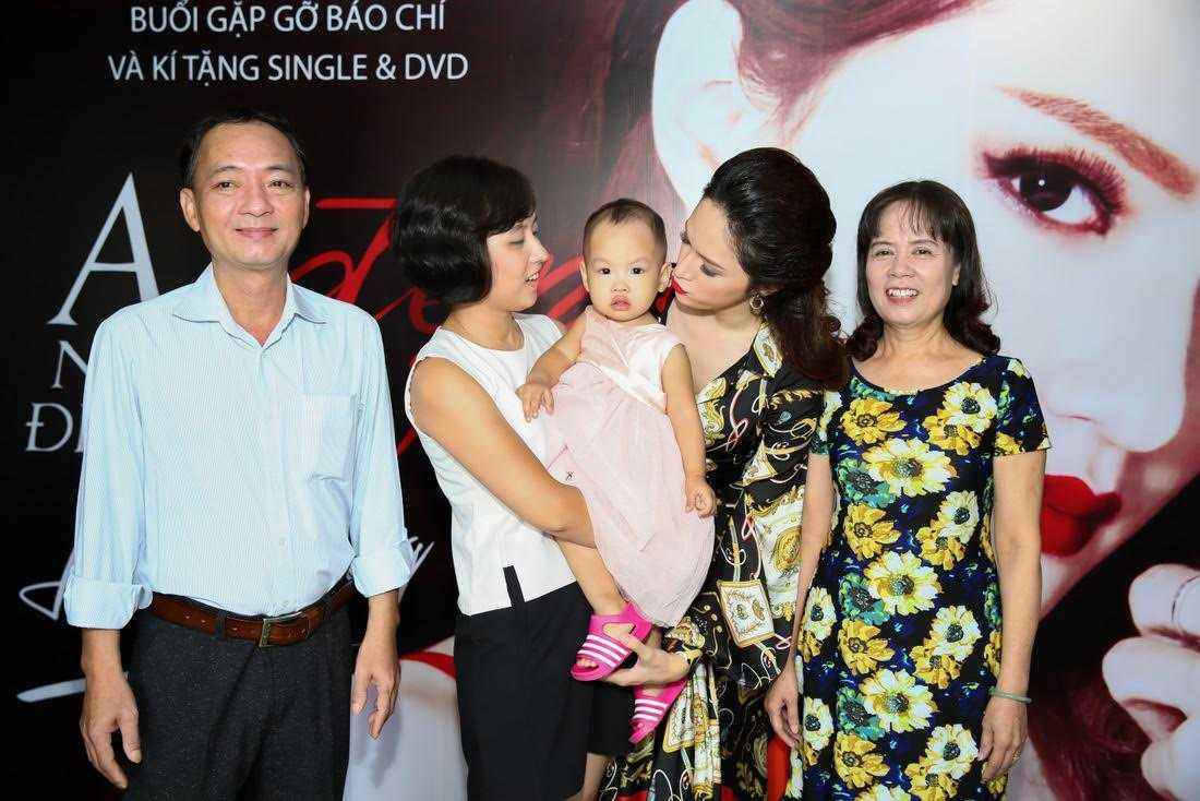 Hương Giang hạnh phúc bên bố mẹ cùng chị gái và cháu gái nhỏ của mình.
