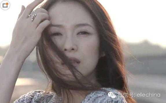 Mới đây Chương Tử Di xuất hiện trong MV của bạn trai, cô đeo một chiếc nhẫn lạ thay vì nhẫn cầu hôn Uông Phong từng tặng.