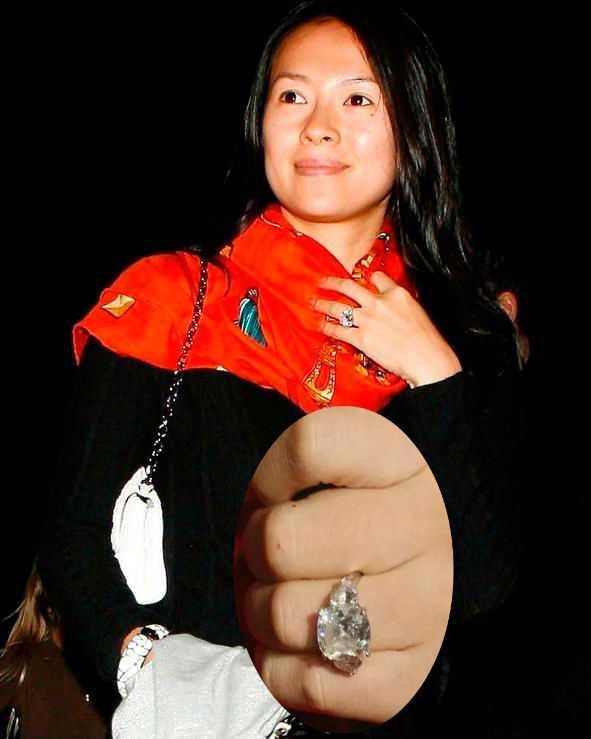 Trước   đó khi Chương Tử Di và tỉ phú Vivi Nevo còn yêu nhau (2009), cô cũng   được bạn trai tặng một chiếc nhẫn kim cương 12cara trị giá 30 triệu NDT   (102 tỉ đồng).
