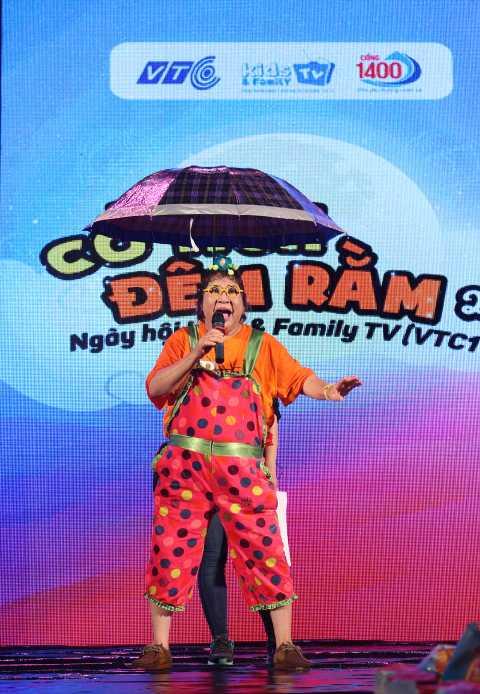 Nghệ sỹ Minh Vượng đội mưa diễn hài cho các cháu thiếu nhi