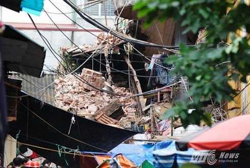 Ngôi nhà đổ sập giữa trưa khiến nhiều người mắc kẹt bên trong