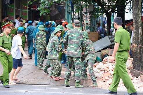 Lực lượng cứu hộ giải phóng hiện trường