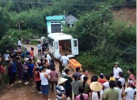 Cơ quan chức năng đưa thi thể nạn nhân khỏi hiện trường.