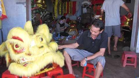 Ông Quang bên cạnh đầu Lân Sư Dương có giá hàng triệu đồng