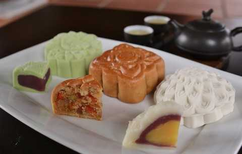 Quen thuộc với bánh nướng nhân thập cẩm truyền thống, thơm ngậy vị lạp sườn, cùng bánh dẻo nhân đậu xanh, khoai môn trứng muối thanh mát, thưởng thức cùng trà tại không gian Trú Vũ Trà Quán sẽ là sự kết hợp hoàn hảo