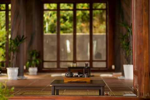 Quý khách sẽ được thư giãn với lối bài trí tối giản theo phong cách Zen (thiền), nổi bật là những bộ bàn thấp hình vuông đặt trên chiếc chiếu đơn sơ. Tại đây quý vị có thể thưởng thức 12 loại trà cung đình Huế, trà Thái Nguyên, trà Sen Cha Nhật, trà Ô Long Tâm Châu, trà ướp sen, trà mộc,… mà nhâm nhi vị bánh trung thu cùng gia đình
