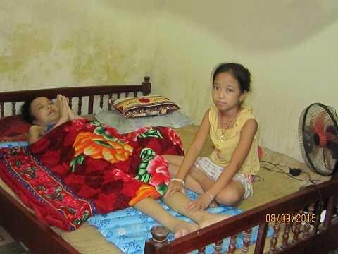 Lan Hương bên cạnh xoa bóp cho mẹ bị ung thư vú trước khi mẹ cháu mất.