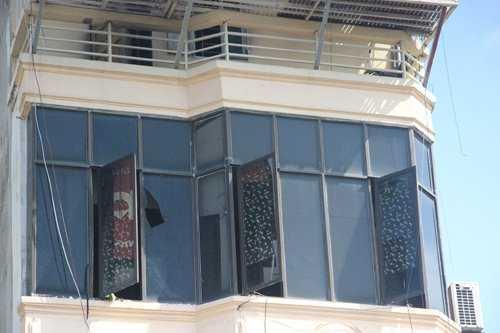 Cửa kính tầng 4 của ngôi nhà bị vỡ sau khi xảy ra cháy