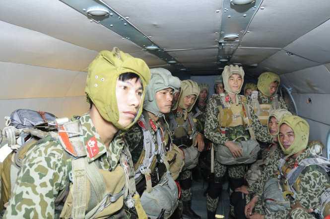 Máy bay đưa lính đặc công lên độ cao 1.400m để nhảy dù - Ảnh: T.Hải