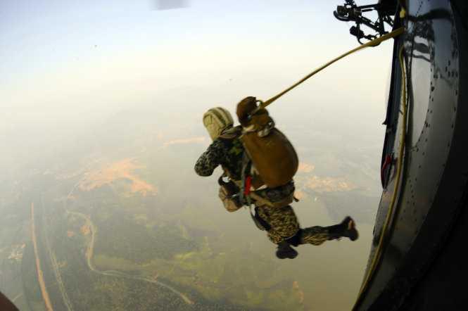 Lần lượt, từng người lính đặc công nhảy dù ra khỏi máy bay - Ảnh: Trọng Hải