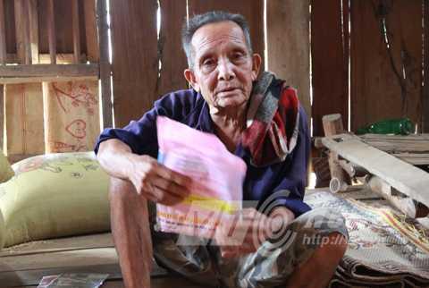 Ông thầy cúng Lò Văn Pỉn ở xã Mường Luân, người uống mỡ sôi như nước lã