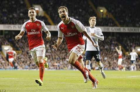 Flamini trở thành người hùng với cú đúp vào lưới Tottenham