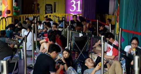Cả trăm người xếp hàng đợi mua iPhone 6 năm ngoái trước một trung tâm thương mại ở Singapore. Ảnh: Mediaonline.