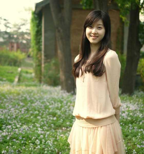 """Zhang Zetian sinh tháng 11/1993, nổi tiếng nhờ bức ảnh cầm cốc trà sữa trong lớp học tại trường Ngoại ngữ Nam Kinh năm 2009. Từ đó, hot girl này được nhiều người gọi với biệt danh """"Cô gái trà sữa"""". Zetian còn khiến nhiều người nể phục trước thành tích học tập xuất sắc. Ngoài ra, cô cũng là vận động viên và từng giành giải nhì cấp quốc gia môn thể dục nhịp điệu khi đang học năm nhất trung học. Ảnh: orzace."""