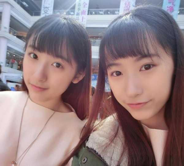 Sūn Yǔméng and Sūn Yǔtóng là cặp sinh đôi nổi tiếng tại Đại học Phục Đán ở thành phố Thượng Hải. Ngoài vẻ đẹp ngọt ngào và trong sáng, hai chị em còn chiếm được cảm tình của cư dân mạng khi trúng tuyển vào một trong những đại học hàng đầu Trung Quốc. Ảnh: chinabuzzreport