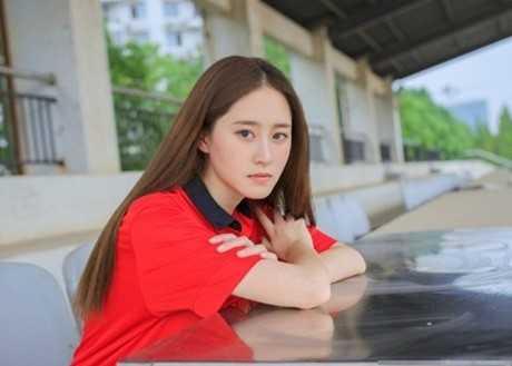 Cô từng du học Pháp và thông thạo nhiều thứ tiếng; nhận giải thưởng trong lĩnh vực hùng biện, phiên dịch tiếng Pháp. Với thành tích học tập ưu tú cùng tính cách năng động, Chen Zi Mei được bầu làm Phó chủ tịch Hội sinh viên Đại học Ngôn ngữ Bắc Kinh. Ảnh: Asiaone.