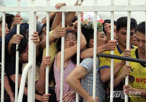 Cảnh tượng xếp hàng mua vé ở Mỹ Đình trước mỗi trận đấu đặc biệt của tuyển Việt Nam (Ảnh: Hà Thành)
