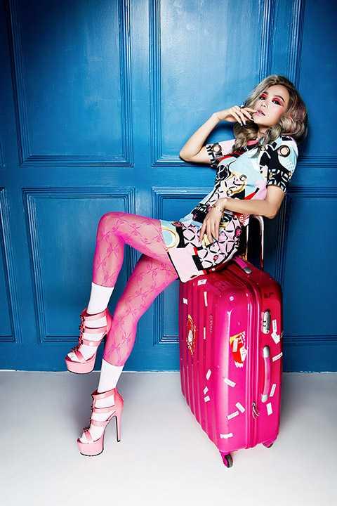 Bộ ảnh được thực hiện bởi nhiếp ảnh gia Lê Thiện Viễn và người bạn thân nhất của nữ ca sĩ là chuyên gia trang điểm Minh Lộc.
