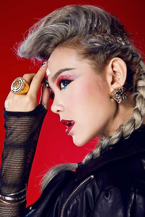 """Trái ngược với hình ảnh một Minh Hằng dịu dàng khi yêu, cô ca sĩ sinh năm 1987 đã làm những người yêu mến không khỏi bất ngờ vì sự """"nổi loạn"""" trong bộ ảnh mới."""