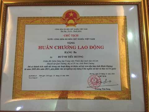 Chủ tịch nước Trương Tấn Sang tặng Huân chương Lao động Hạng 3 cho bà Huỳnh Tiểu Hương đã có thành tích xuất sắc trong hoạt động từ thiện từ năm 2009-2013