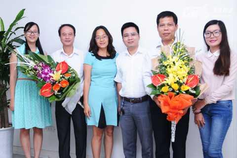 VTC News tặng hoa các chuyên gia.