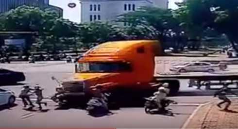 Chiếc container lao vào dòng xe đang dừng chờ đèn đỏ