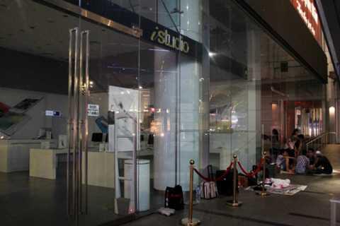 Sáng 25/9 các cửa hàng ở Singapore mới bán ra iPhone 6s và 6s Plus nhưng tại đây đã có không ít người giữ chỗ từ đêm 23/9. Ảnh: Đình Nam từ Singapore.