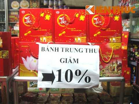 Cửa hàng bánh Trung thu Hà Nội treo biển giảm giá 10% tất cả các loại bánh trung thu.