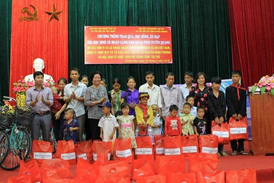 BTC Đêm hội trăng rằm 2015 tặng quà cho trẻ em ở Chiêm Hóa, Tuyên Quang
