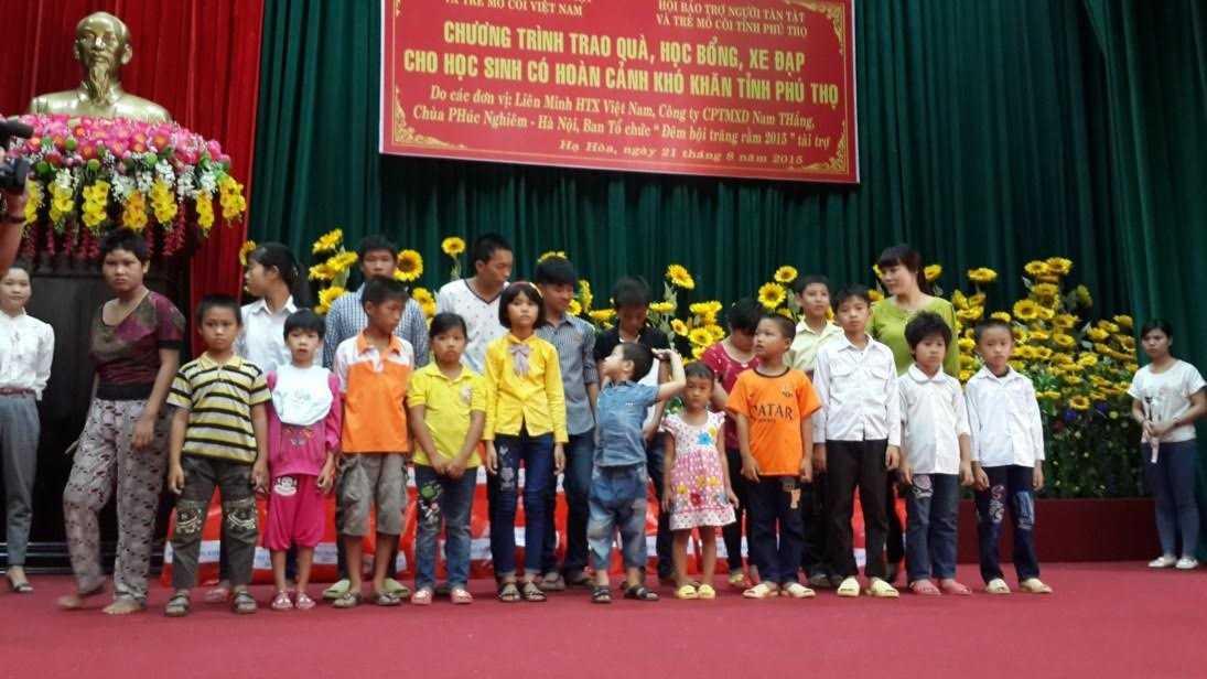 BTC Đêm hội trăng rằm 2015 tặng quà cho trẻ em ở Hạ Hòa, Phú Thọ