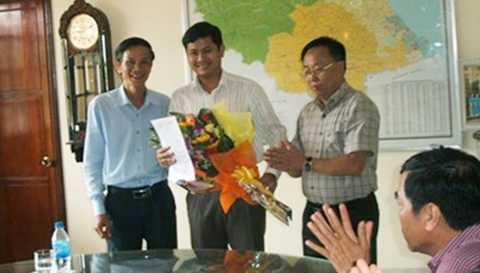 Lê Phước Hoài Bảo (đứng giữa) nhận quyết định làm Phó Giám đốc Sở KH&ĐT Quảng Nam hồi tháng 4/2015.