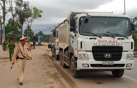 Tình trạng xe quá tải hoành hành trong thành phố, gây hư hỏng đường phố, nhưng không bị xử lý triệt để gây bức xúc trong dư luận.