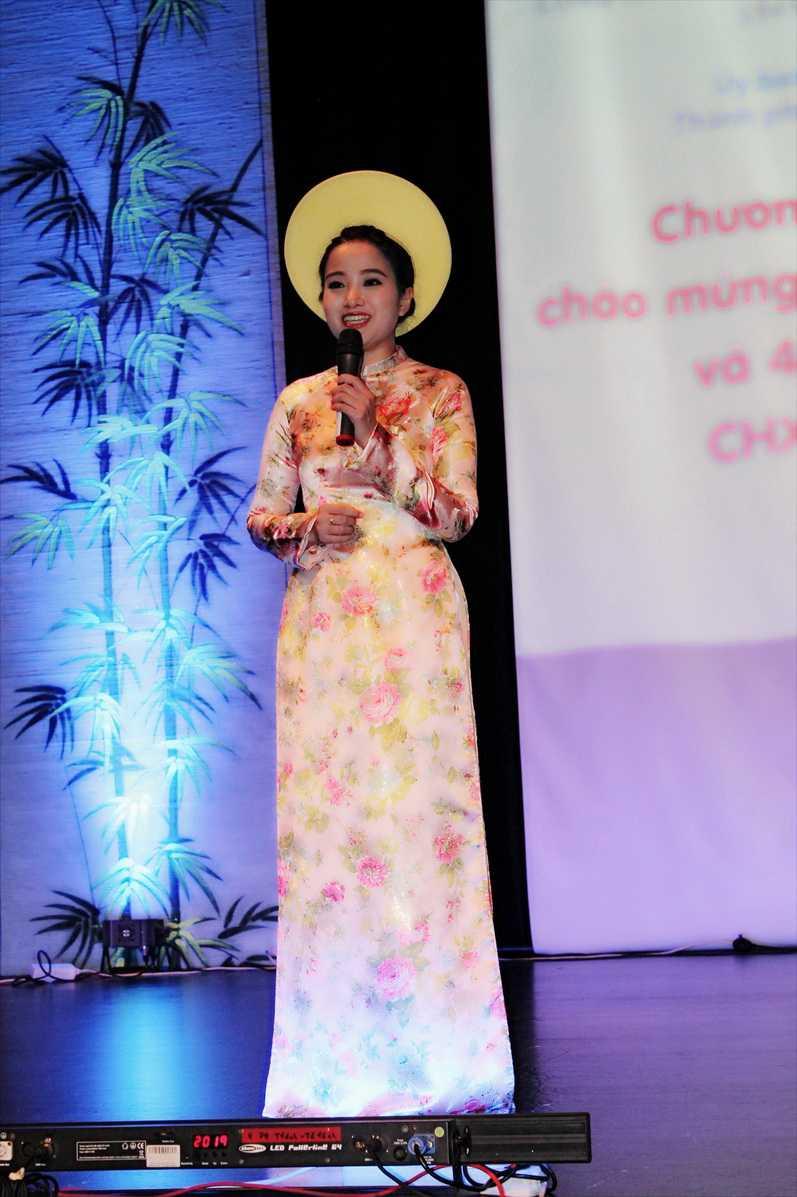 Hồng Phượng dẫn chương trình giao lưu văn hoá tại Đức
