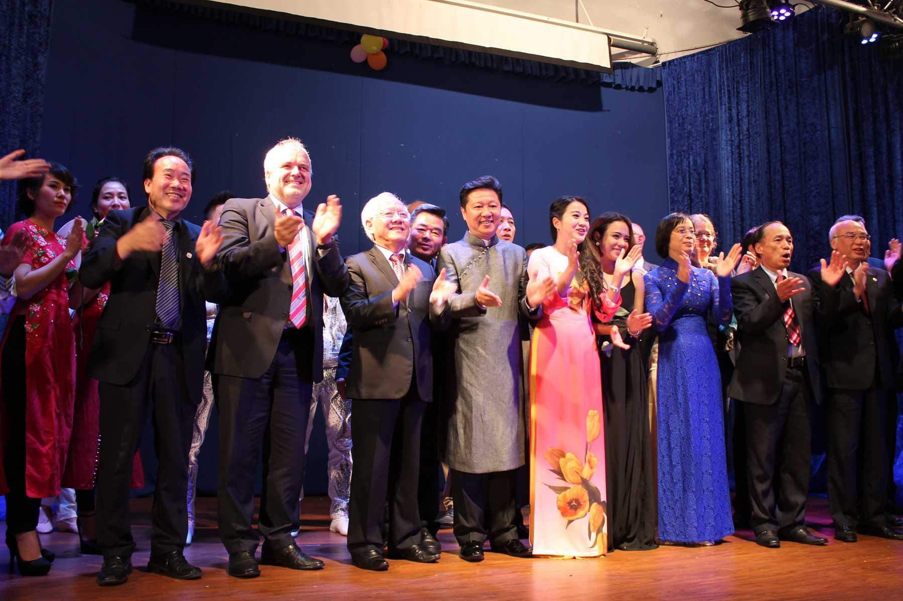 Hồng Phượng cùng các cấp lãnh đạo, kiều bào và nghệ sĩ tại Đức
