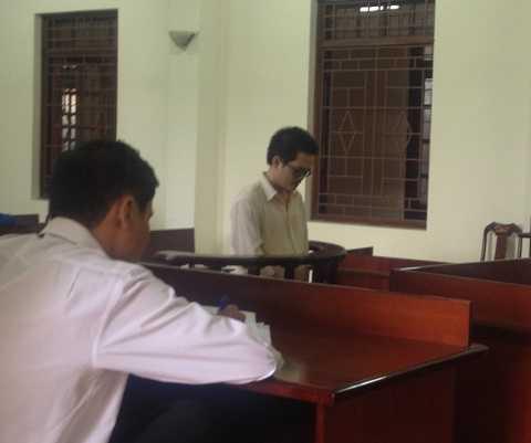 Lương (đeo mắt kính) tại toà sơ thẩm