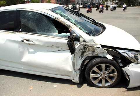 Xe ô tô bốn chỗ hư hỏng nặng